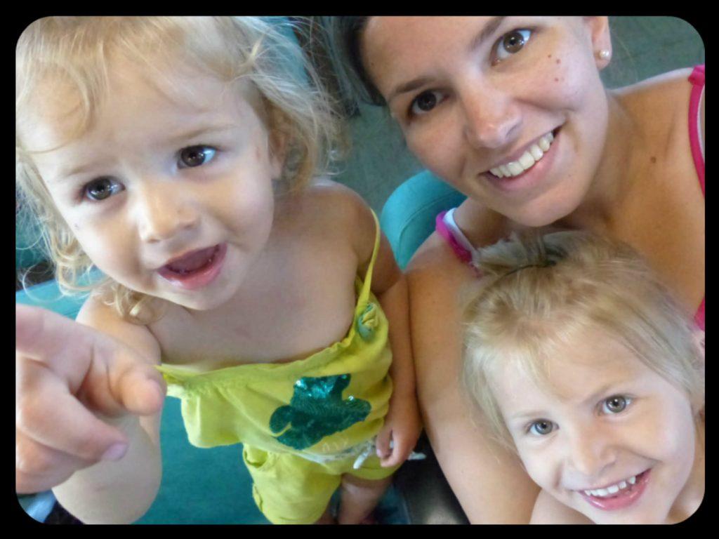 Nola et mes enfants à bord du bateau en Sardaigne